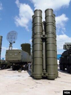 去年莫斯科武器出口展览上的S-400防空导弹系统(美国之音白桦拍摄)