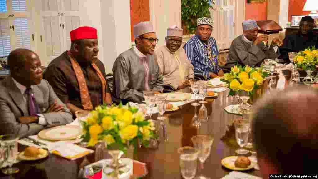 Le président nigérian, Muhammadu Buhari avec les membres de sa délégation pendant le dîner à la maison de Blair, 19 Juillet 2015.