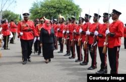 تنزانیہ کی نئی صدر سمیعہ حسن گارڈ آف آنر کا معائنہ کرتے ہوئے