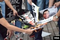示威者焚燒請願信及示威標語。(美國之音湯惠芸)