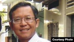 Giáo sư Phạm Minh Hoàng là người mang song tịch Pháp-Việt. Ông đã sinh sống và làm việc tại Việt Nam nhiều năm.