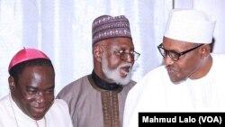 Rev. Matthew Hassan Kukah, hagu da Shugaba Buhari a dama, Gen. Abdulsalam, tsakiya (Twitter: Fadar gwamnatin Najeriya)