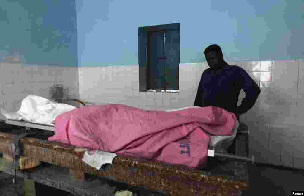 Тело убитого журналиста Абдисаллана Хасана, в морге Могадишо. Сомали