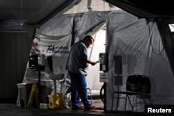 Kapasitesi dolan hastaneler hastaları çadırlarda tedavi etmeye başladı.