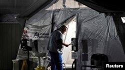 Profissional de saúde trata paciente em Los Angeles