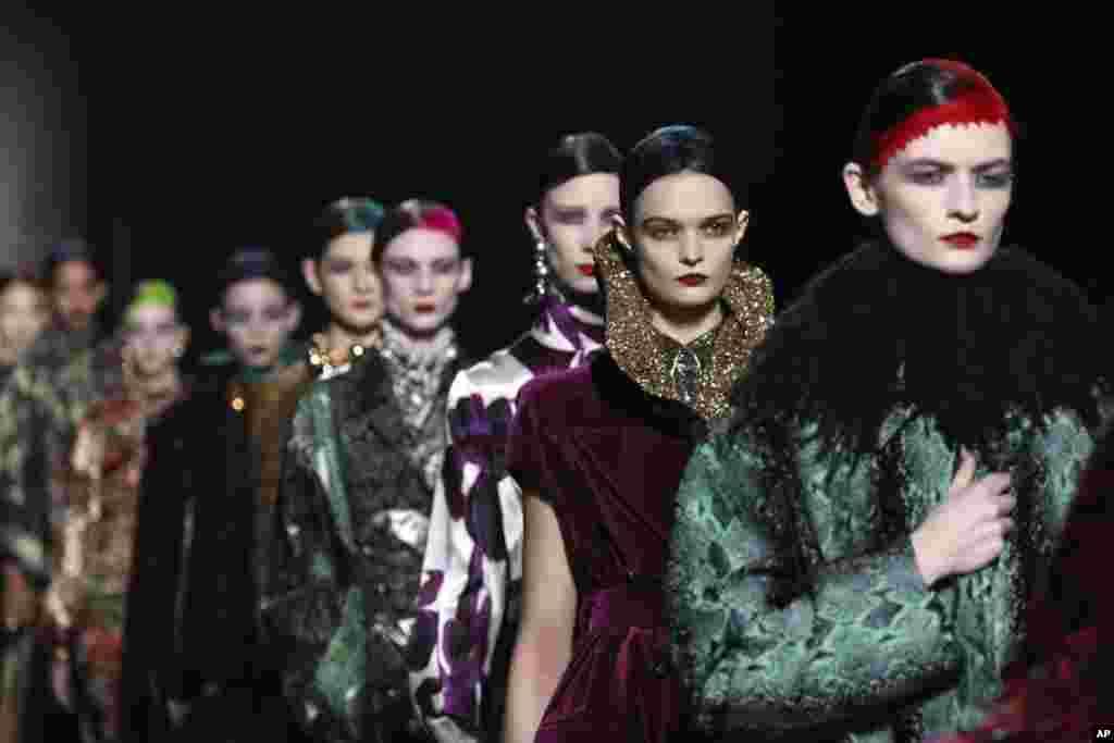 در هفته مد پاریس، این مانکنها لباسهایی از برند بلژیکی «دریس ون نوتن» به تن کردهاند.