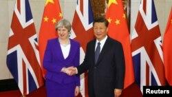 시진핑 중국 국가주석(오른쪽)과 테레사 메이 영국 총리가 1일 영빈관에서 만나 악수하고 있다.