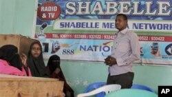 Diskusi di sebuah stasion radio di Mogadishu untuk mendiskusikan serangan terhadap para wartawan di Somalia (foto: dok).
