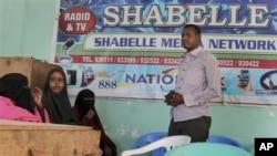 Waandishi katika kituo cha radio cha Shabelle wakijadili mashambulizi yanayowalenga waandishi wa Somalia, mjini Mogadishu.