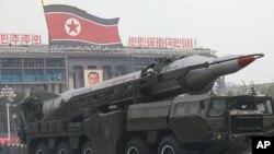 군 열병식에 등장한 북한의 탄도 미사일