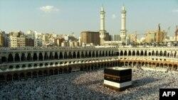 Kaaba là một kiến trúc bằng đá đen hình khối được xem là địa điểm thiêng liêng nhất trong thế giới Hồi Giáo