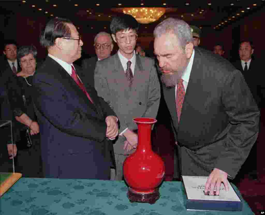 1995年11月30日中国主席江泽民在北京人民大会堂的欢迎宴会上呈现给卡斯特罗一只花瓶