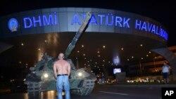 터키 이스탄불 입구에서 군 전차 앞을 막고 서있는 터키 시민