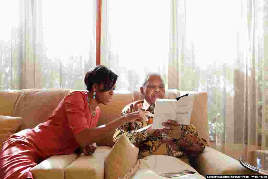 La Première dame et l'ancien président de l'Afrique du sud Nelson Mandela, le 21 juin 2011. (Official White House Photo by Samantha Appleton)