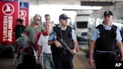 ماموران امنیتی در فرودگاه آتاتورک استانبول
