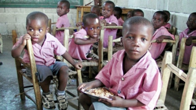 To encourage school attendance and ensure healthy minds and bodies, WFP supplies a nutritious daily lunch to more than 400,000 pupils in 850 primary schools