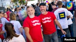 A partir de la fecha, los matrimonios entre personas del mismo sexo se pueden reanudar en California, EE.UU.