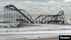 Restos de una montaña rusa arrastrada por la marea causada por el huracán Sandy, en Nueva Jersey. Daños como este se tratan de evitar con nuevas advertencias relacionadas a los huracanes.
