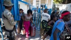 Haitians cross from the Dominican Republic into Malpasse, Haiti, March 17, 2020. Haitian authorities shutdown its border with the Dominican Republic on Monday as a precaution against the spread of the new coronavirus.