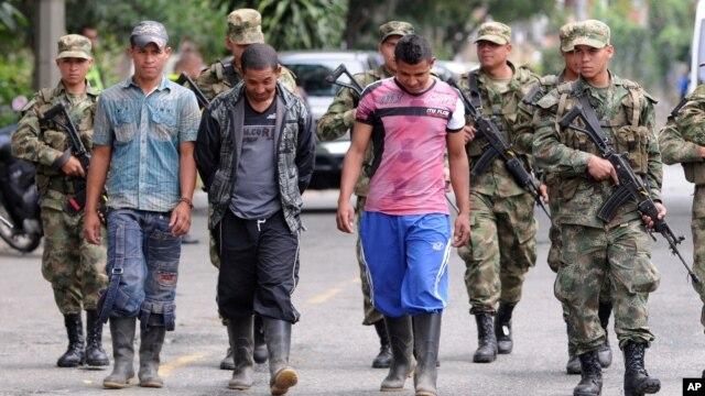 Binh sĩ Colombia đi cùng với 3 thành viên nhóm nổi dậy FARC ra đầu hàng quân đội