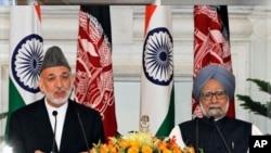 阿富汗總統卡爾扎伊(左)與印度總理辛格(右)簽訂戰略條約後﹐巴基斯坦對此反應謹慎