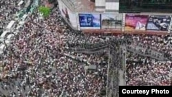 茂名市市民抗議當地政府興建PX化工廠(微博圖片 )