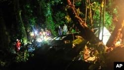 브라질 구호요원들이 버스 추락 현장에서 구조활동을 벌이고 있다.