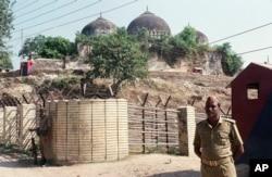 سولہویں صدی کی بابری مسجد ، جسے ہندو انتہاپسندوں نے گرا دیا تھا۔