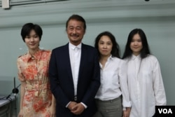 施明德和他夫人及两个女儿 (美国之音杨明拍摄 )