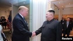 朝鲜中央通讯社发布的朝鲜领导人金正恩与美国总统特朗普在河内握手的照片。(2019年3月1日)