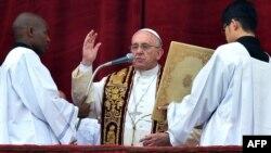 """El papa Francisco pronunció el tradicional discurso de Navidad """"Urbi et Orbi"""" desde el balcón frente a la Plaza San Pedro, en el Vaticano."""