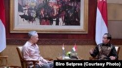 Presiden Joko Widodo dan Perdana Menteri Singapura Lee Hsien Loong menghadiri pertemuan Indonesia-Singapura Leader's Retreat, di Hotel The Laguna Resort & Spa Nusa Dua, Bali, 11 Oktober 2018. Dalam pertemuan tersebut, kedua negara menyetujui sejumlah kerja sama ekonomi, termasuk swap dan repo antara Bank Indonesia dan Otoritas Moneter Singapura.