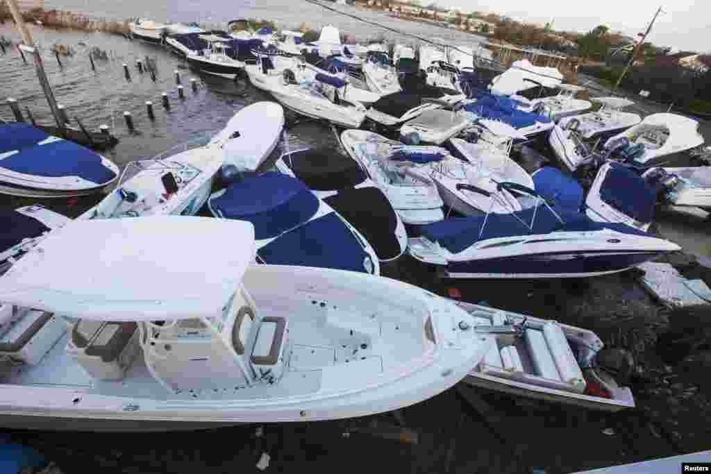 Катера и лодки, выброшенные на берег. Пригороды Нью-Йорка