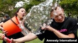 난치병 환자 돕는 '얼음물 뒤집어쓰기 기부'
