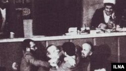 لبخند هاشمی در زمان حمله نمایندگان حزب جمهوری اسلامی به نمایندگان نهضت آزادی