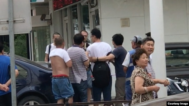 2017年7月8日下午,美国之音记者在沈阳刘晓波所在医院附近遭不明身份人员强行拖拽,双臂受伤, 摄像器材损坏。(港媒网络图片)