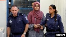 انتقال «ابرو اوزکان» به جلسه دادگاه در تل آویو - ۸ ژوئیه ۲۰۱۸