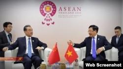 Ông Vương Nghị và ông Phạm Bình Minh. Photo: TTXVN