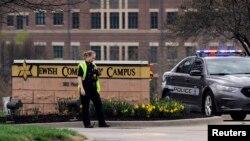 Polisi menjaga pintu masuk tempat penembakan di Pusat Komunitas Yahudi di Overland Park, Kansas (13/4).
