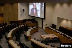 Sebuah layar menampilkan siaran pidato Presiden Donald Trump di ruangan konferensi yang kosong dalam Sidang Umum PBB ke-75 di New York, Selasa, 22 September 2020. (Foto: Reuters)