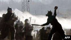 Người biểu tình xô xát với binh sĩ thuộc lực lượng duy trì hòa bình của NATO ở Kosovo trong khi các binh sĩ này dỡ bỏ các rào cản