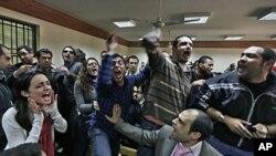 Demokrasi eylemcilerinin duruşması sırasında askeri yönetimi protesto eden Mısırlılar