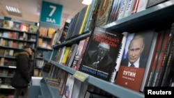 """Book about US President-elect Donald Trump """"Black Swan, Political Biography of Donald Trump"""" and a book about Russian President Vladimir Putin are on a display in the Moscow House of Books in Moscow, Russia, Nov. 14, 2016."""