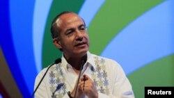 El presidente Felipe Calderón se dirige a los líderes empresariales, antes de la Cumbre de las Américas, en Cartagena.