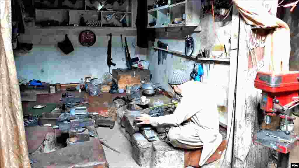 اسلحہ سازی میں مصروف ایک اور کاریگر: موجودہ حالات میں کاریگر پشاور اور دیگر علاقوں میںجابسے ہیں کاریگروں کا کہنا ہے کہ حالات اب پہلے جیسے نہیں رہے۔