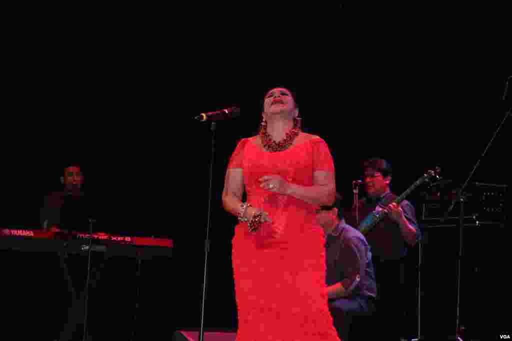 Eva Ayllón cantó con alma, vida y corazón.