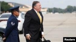 마이크 폼페오 미국 국무장관이 15일 워싱턴 인근 앤드루스 공군기지에서 사우디아라비아로 향하는 비행기에 탑승하고 있다.