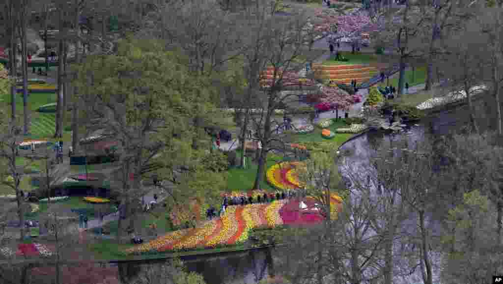 Para turis mengunjungi taman bunga Keukenhof di Lisse, dekat Amsterdam, Belanda yang memiliki koleksi lebih dari 7 bunga tulip di musim semi.