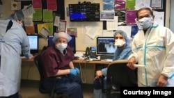BS Phạm Hữu Tâm (phải) và các đồng nghiệp ở bệnh viện Elmhurst, Queens, New York.
