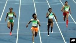 Marie-Josée Ta Lou de la Côte d'Ivoire, à l'extrême gauche, Ruddy Zang Milama du Gabon, deuxième à gauche, Tynia Gaither de Bahamas, deuxième à droite, et Sunayna Wahi de Surinam, à l'extrême droite, au 100 mètres-dames aux JO de Rio.